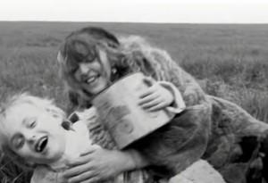Neven-k en el papel de la madre de Andrei, filmado en un paisaje serrano.