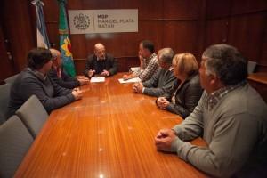 Foto MGP - Arroyo recibió a vecinos de Sierra de los Padres (2)